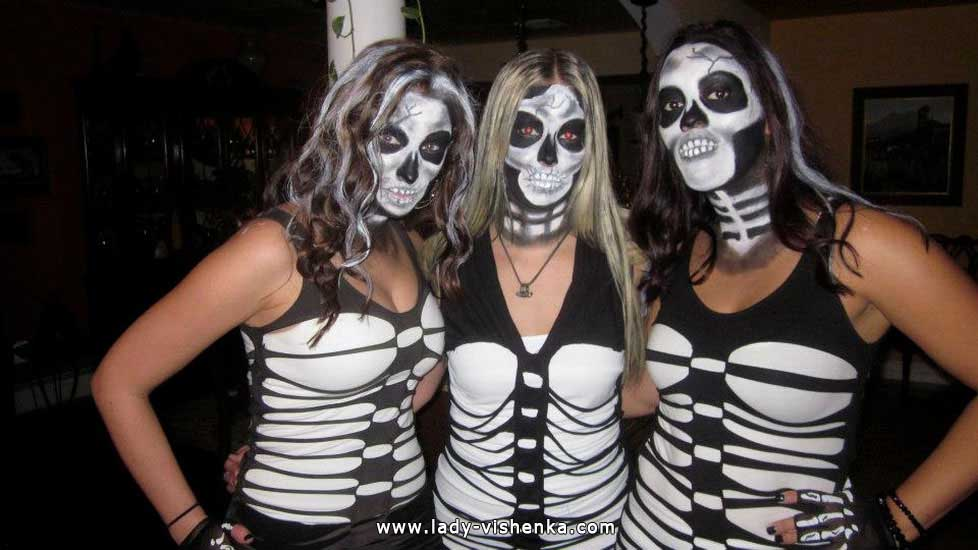 32. Naisen luuranko-asu Halloweeniksi